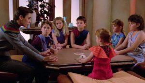 """Притеснени и разделени деца и родители в кадри от """"Стар Трек: Следващото поколение"""". Децата са откраднати от силно развита, но вече стерилна цивилизация."""